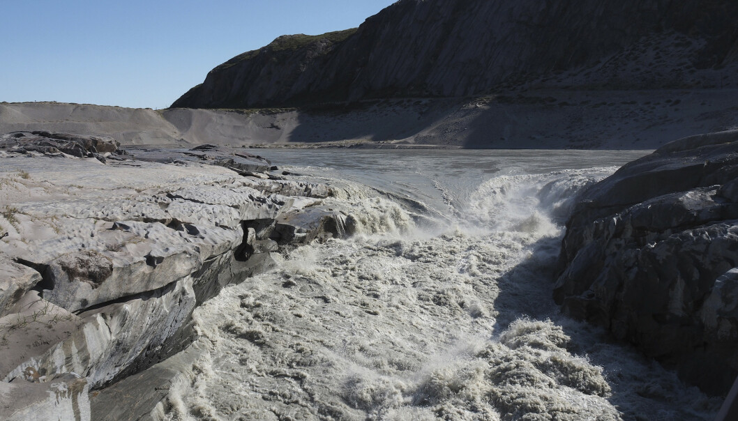 Et bilde tatt torsdag viser smeltevann fra isbreene på Grønland som renner ut i fjorden nær byen Kangerlussuaq (som på dansk kalles Søndre Strømfjord) i vest. En hetebølge har forårsaket spesielt kraftig issmelting på Grønland de siste dagene. Foto: Caspar Haarløv / AP / NTB scanpix