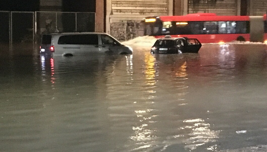 MARIDALSVEIEN: To biler stanset i Maridalsveien etter oversvømmelse. Foto: Halldor Hustadnes / Dagbladet