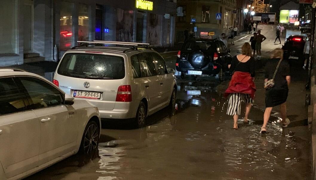 MØLLERGATA: Politiet melder om flere bilstans og berusede personer som badet i Møllergata. Foto: Emilie Rydning / Dagbladet