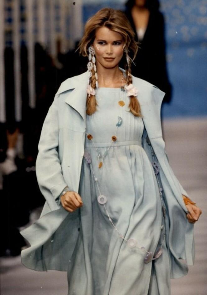 SUKSESS: Det er liten tvil om at Claudia Schiffer har oppnådd enorm suksess som modell. Her på catwalken for Chloe i 1992. Foto: NTB Scanpix