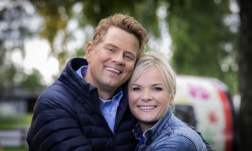 PROGRAMLEDERE: Robert Stoltenberg og Ingrid Gjessing Linhave leder Sommeråpent fra Moysand familiecamping. FOTO: NRK