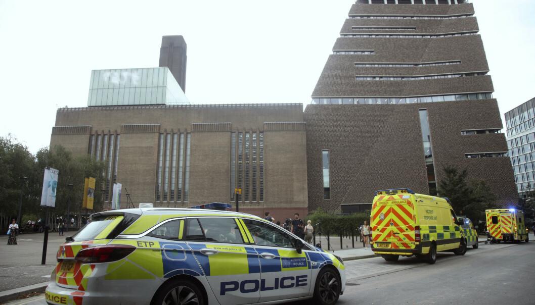 En rekke utrykningskjøretøy, inkludert to brannbiler, ti politibiler og flere ambulanser rykket til Tate Modern art gallery søndag i London etter melding om at et barn var kastet fra en takterrasse av en tenåring. Foto: Yui Mok / PA / AP / NTB scanpix