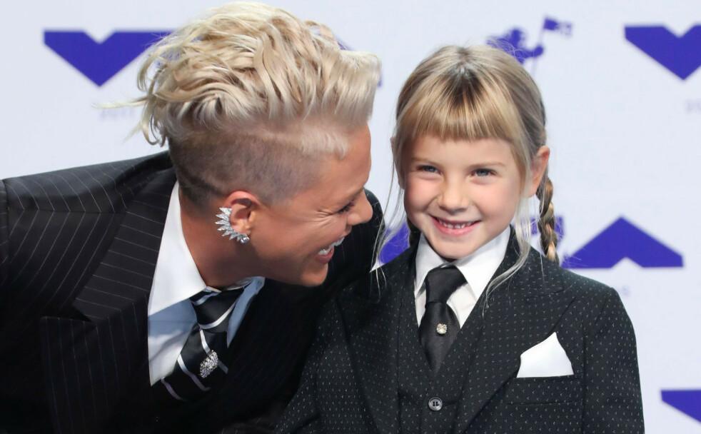 LER AV KRITIKERNE: Artisten Pink har ingenting imot at datteren Willow på åtte år farger håret. Her er den søte mor-og-datter-duoen fotografert under MTV Video Music Awards i 2017. Pink gjester for øvrig Telenor Arena i Oslo 5. august 2019. FOTO: NTB Scanpix