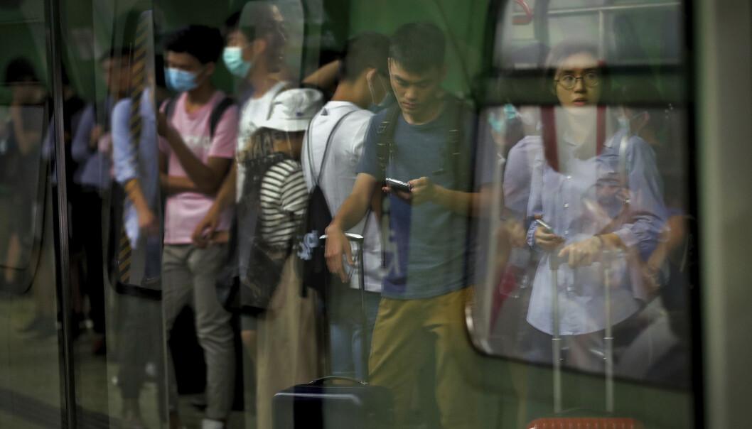 Pendlere kom ikke noen vei mandag. Demonstranter i Hongkong blokkerte offentlig transport på Fortress Hill MTR station og holdt blant annet dører åpne slik at togene ikke kunne forlate stasjonen. Foto: Vincent Thian / AP / NTB scanpix