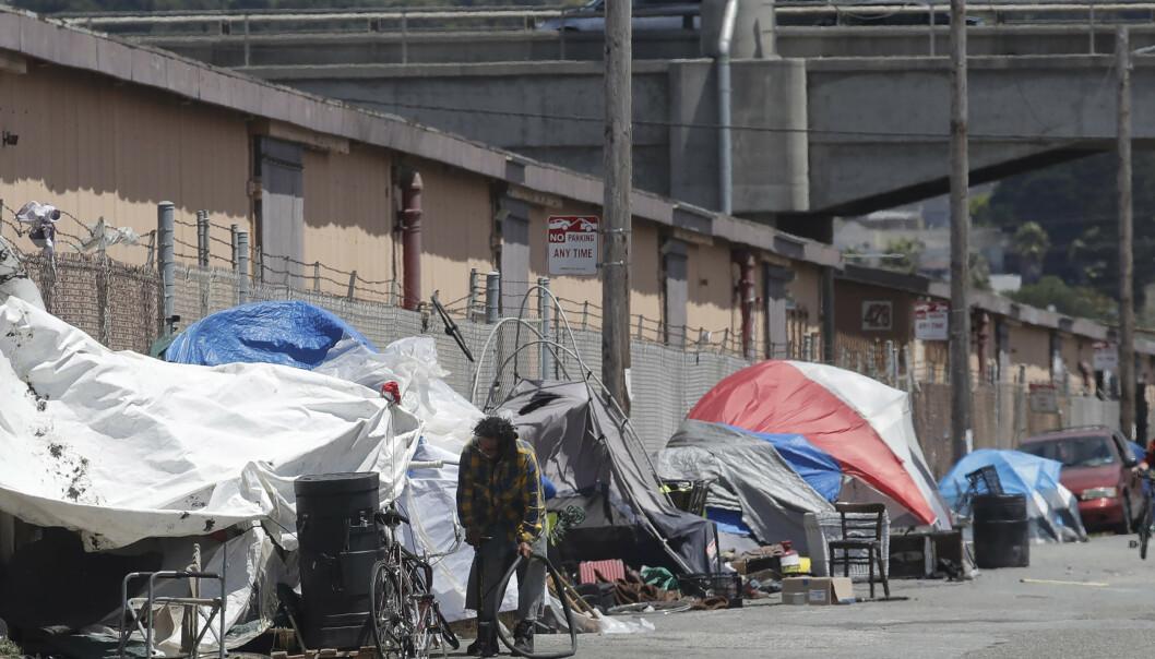 TELTBY: Dette bildet ble tatt i sommer og viser en av de mange teltbyene som vokser fram i San Franciscos gater. Foto: Jeff Chiu / AP Photo