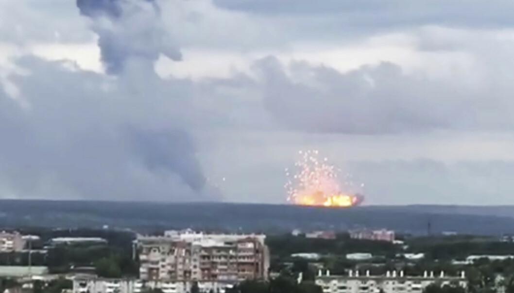 Eksplosjoner fotografert ved et militært lager rundt 10 kilometer fra Atsjinsk i Sibir. Foto: Liza Uskova via AP / AP / NTB scanpix