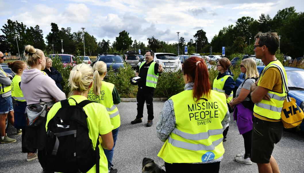 Organisasjonen Missing People deltok i letingen etter den tolv år gammel gutten som forsvant på Värmdö utenfor Stockholm lørdag. Mandag kveld ble han funnet død i en innsjø. Foto: Erik Simander/TT / NTB scanpix