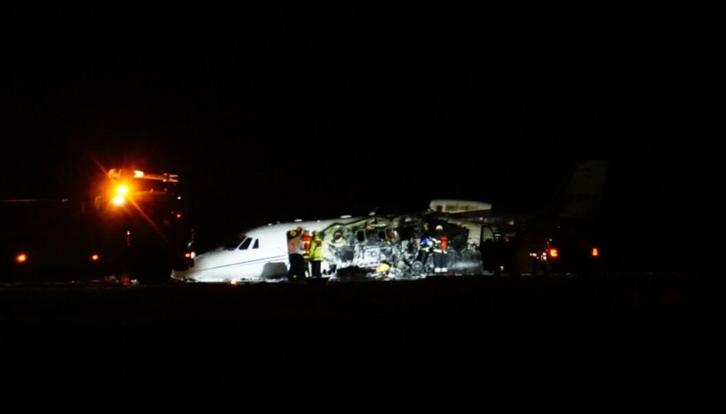 I BRANN: Privatflyet begynte å brenne ved Århus lufthavn natt til tirsdag. Foto: Ritzau Scanpix