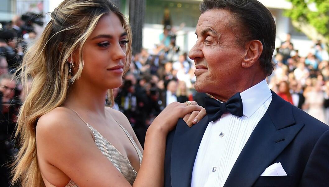 PÅ RØD LØPER: Her er Sistine Stallone sammen med pappa Sylvester under Cannes Film Festival tidligere i år. FOTO: Scanpix