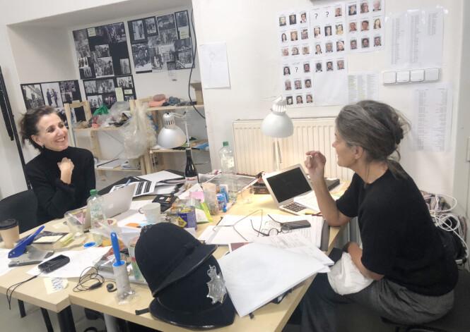 SAMARBEID: Norske Karen Fabritius Gram og danske Charlotte Moe har ansvar for kostymene i den nye, norske TV-serien «Atlantic Crossing», som har premiere i 2021. Vi dro til Praha for å ta en titt i kulissene. FOTO: Malini Gaare Bjørnstad