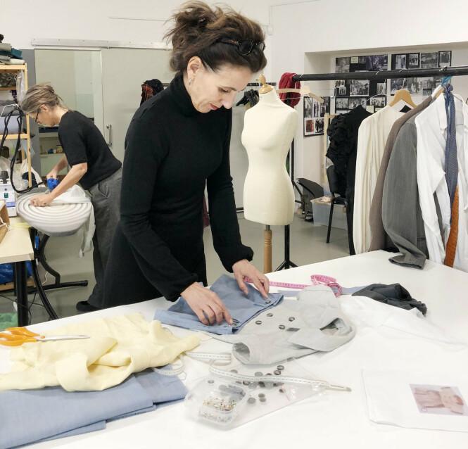 DETALJER: Kostymedesigner Karen F. Gram forteller at i tillegg til kostymer til hovedrolleinnehaverne, er det også utallige statister som skal ha tidsriktige antrekk. I tillegg til å sy egne antrekk, leier de også kostymer fra forskjellige kostymelagre rundt om i Europa. FOTO: Malini Gaare Bjørnstad