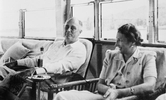 NÆRT VENNSKAP: Det var den daværende amerikanske presidenten, Franklin D. Roosevelt, som inviterte over kronprinsesse Märtha og barna til å bo i hans Pooks Hill-bolig under krigen. Dette bildet av Märtha og Roosevelt er tatt under Amerika-oppholdet. FOTO: NTB Scanpix