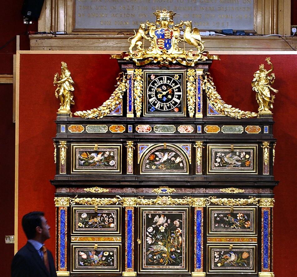 VERDENS DYRESTE: Badminton-kabinettet er verdens dyreste møbel per dags dato. Foto: AP Photo/Richard Lewi.