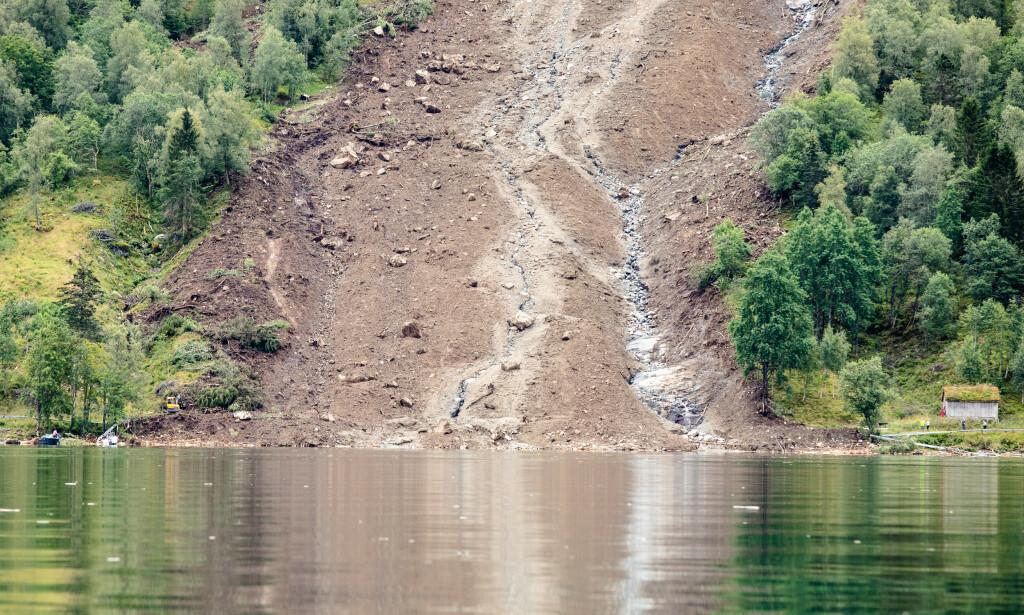 En mann er antatt omkommet etter at et flere hundre meter langt jordras som gikk over fylkesvei 451 i Jølster kommune i Sogn og Fjordane. Foto: Audun Braastad / NTB scanpix