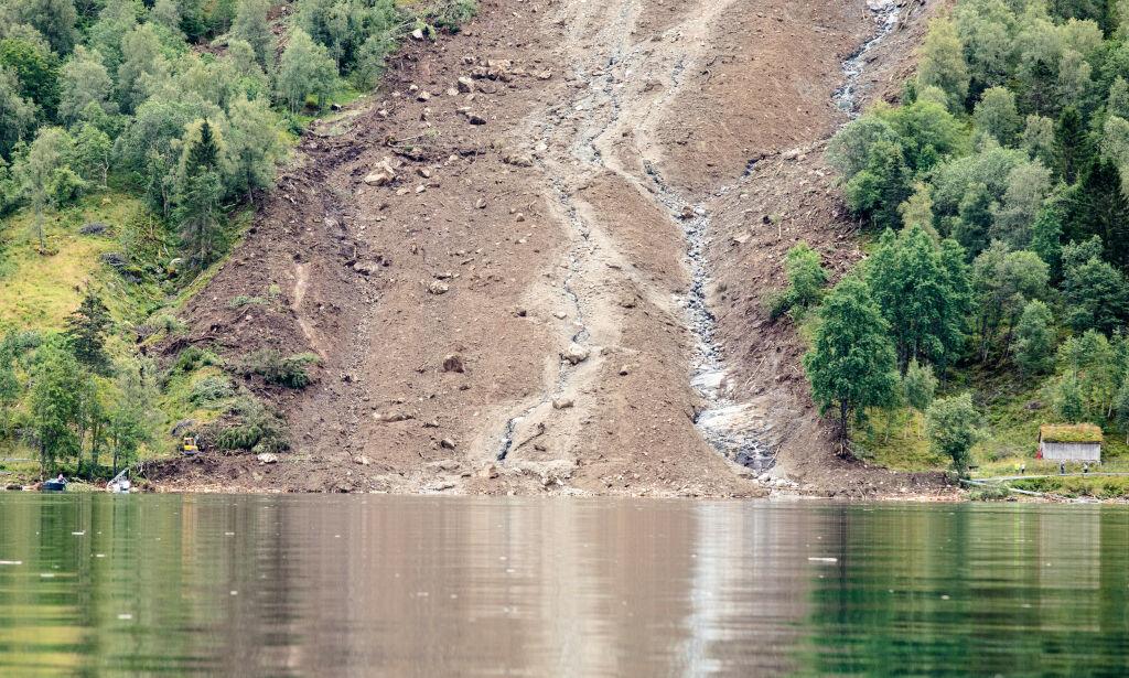 image: Søket i Jølstravatnet etter antatt omkommet mann fortsetter