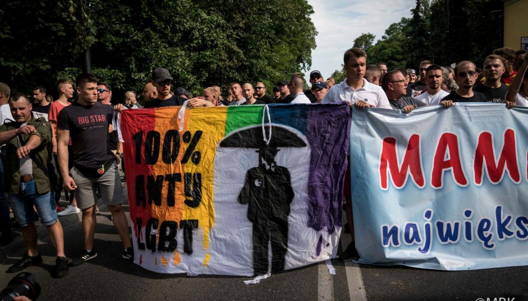 <strong>ANGREPET:</strong> Høyreekstreme partier vinner terreng i Europa ved å spille på homofobisk og transfobisk hat, skriver kronikkforfatterne. Bilde av hooligans som kastet steiner og flasker på Prideparaden i den polske byen Bialystok 20. juli i år. Foto: Marta Bogdanowicz / Spacerowiczka / REUTERS / NTB Scanpix