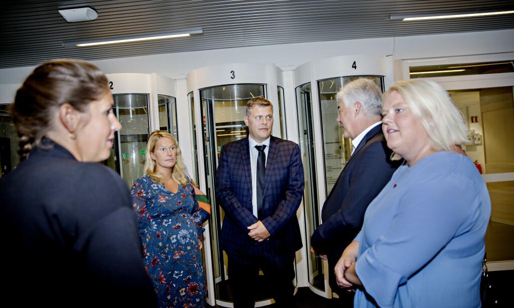 KRITISK: Justisminister Jøran Kallmyr møtte ordførere etter et de har samla over 100 underskrifter fra landets Ap-ordførere, mot nærpolitireformen. F.v. Heidi Granli (Ap) fra Gol, Hedda Foss Five fra Skien (Ap), justisminister Jøran Kallmyr (Frp), Petter Rukke fra Hol (Ap) og Solveig Vestenfor fra Ål (Ap). Foto: Kristian Ridder-Nielsen/Dagbladet
