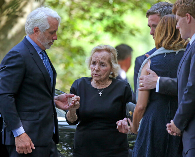 MORMOR: Ethel Kennedy, som var gift med senator Robert Kennedy til hans død i 1968, fulgte barnebarnet til graven. Her er hun omringet av øvrige familiemedlemmer. FOTO: NTB Scanpix