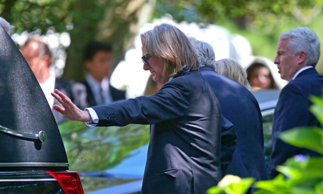 TØFT: Saoirse var Courtney Kennedy Hills og Paul Hills eneste datter, som de fikk i ekteskapet som varte fra 1993 til 2006. Her tar faren farvel med datteren. FOTO: NTB Scanpix