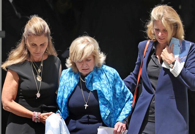STØTTE: Courtney Kennedy Hill ble støttet ut av Maria Shriver (venstre) og Sydney Lawford McKelvy etter begravelsen. Førstnevnte er datteren til Eunice Kennedy Shriver. FOTO: NTB Scanpix