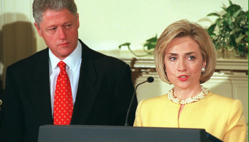 UTROSKAP: Bill og Hillary Clinton giftet seg i 1975. I 1998, samme år som dette bildet er tatt, ble det kjent at førstnevnte hadde hatt en affære med praktikanten Monica Lewinsky. FOTO: Scanpix
