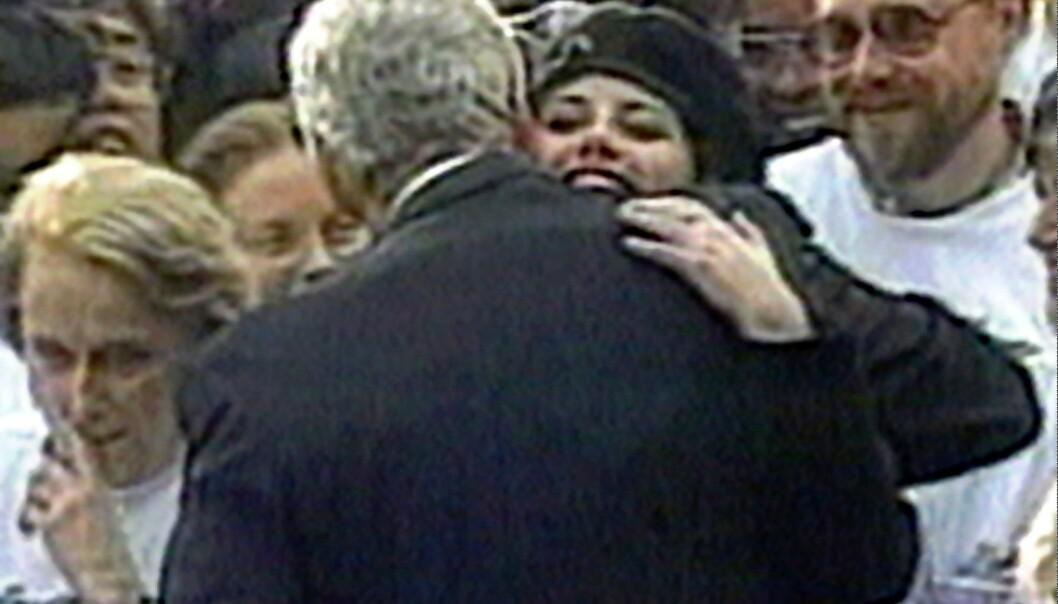 SJELDENT: Dette er et av få bilder av Bill Clinton og Monica Lewinsky, tatt utenfor Det hvite hus i 1996. FOTO: Scanpix
