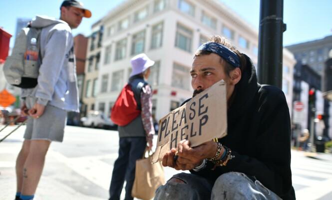 HJELP: En ung mann ber om hjelp i et turiststrøk i San Francisco. Foto: NTB Scanpix