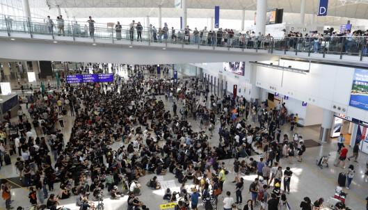 Demonstranter har startet protesten på flyplassen i Hongkong