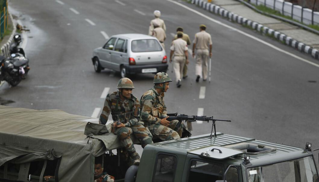 Indiske myndigheter har besluttet å fjerne et portforbud i omstridte Kashmir så befolkningen kan delta på fredagsbønnen. Foto: Channi Anand, AP / NTB scanpix
