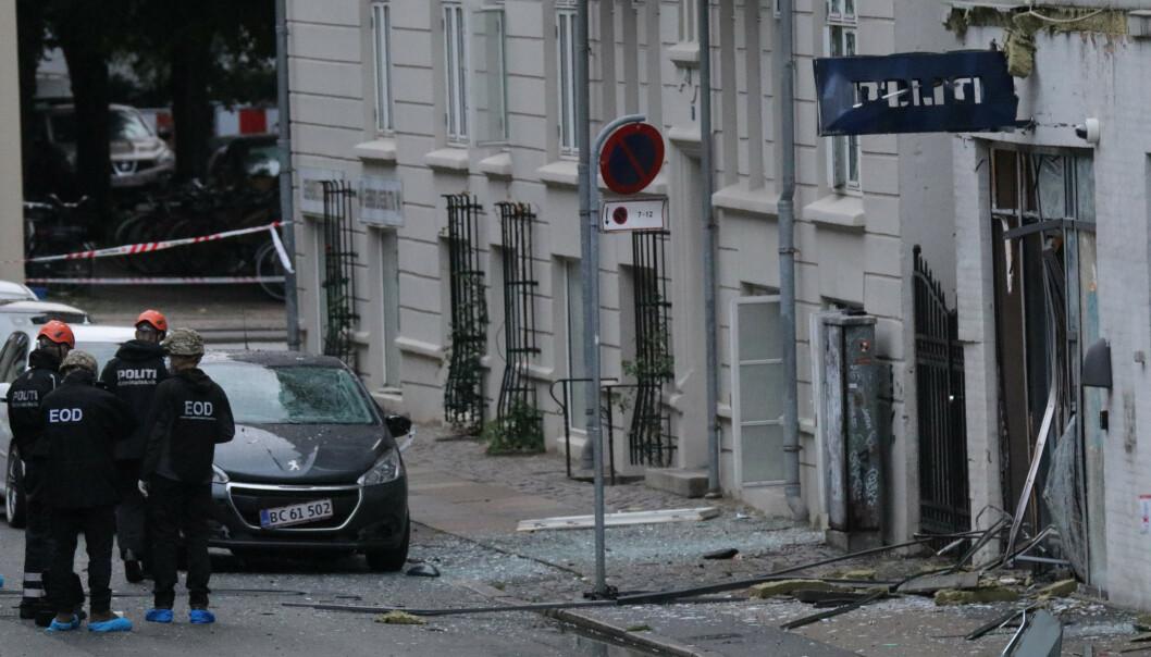 Politi på stedet foran nærpolitistasjonen i Hermodsgade lørdag morgen. Foto: Presse-fotos.dk / NTB scanpix.