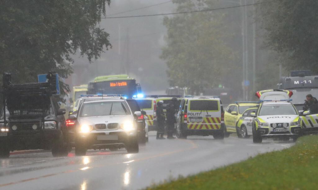 MASSIVT OPPBUD: Politiet og helsepersonell på åstedet for skytingen tidligere i kveld. Foto: Christian Roth Christensen / Dagbladet