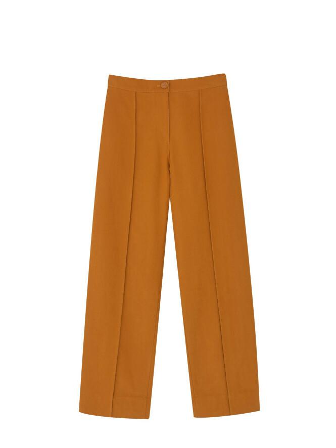 Oransje bukse (kr 790, Cos). FOTO: Produsenten