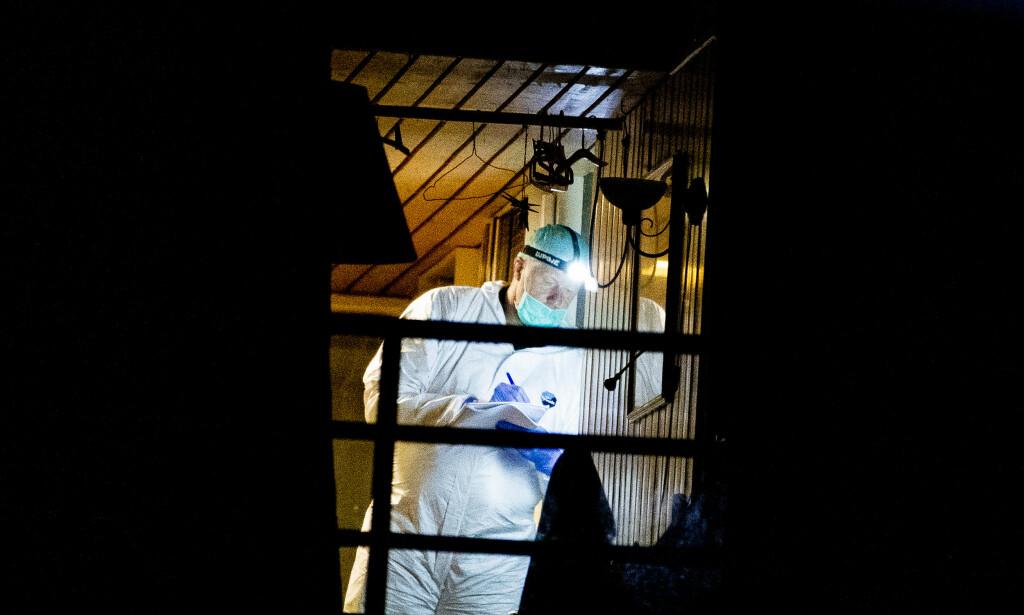 PÅ ÅSTEDET: Krimteknikere jobbet på åstedet seint lørdag kveld. Foto: Christian Roth Christensen / Dagbladet