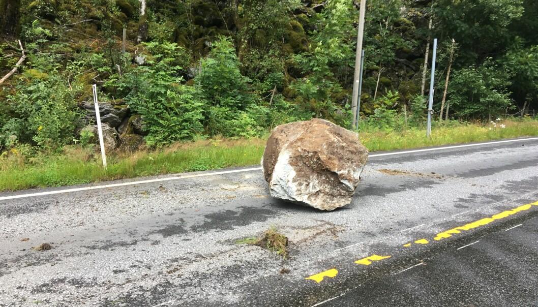 STOR: Den store steinen har rast fra fjellsiden og truffet bilen på høyre side. Foto: Politiet / NTB Scanpix