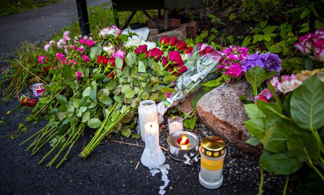 Flere hadde lagt ned blomster utenfor boligen der den drepte 17-åringen ble funnet. Foto: Bjørn Langsem