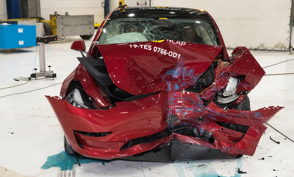 IKKE DRAMATISK: Det ser dramatisk ut, men er det ikke. Tesla Model 3 er den sikreste bilen Euro NCAP har testet etter de nye, strenge test-prosedyrene. Foto: Euro NCAP