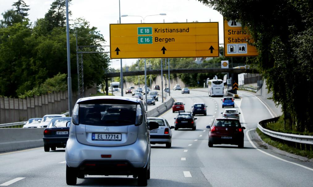 <strong>GRÅ VEKST:</strong> Det er bra når hver nye bil som produseres, har en mer energieffektiv forbrenningsmotor, men siden flere biler produseres og kjører på veiene, øker de totale utslippene. Dette blir en grå vekst, skriver innsenderen.  Foto: Lise Åserud / NTB Scanpix