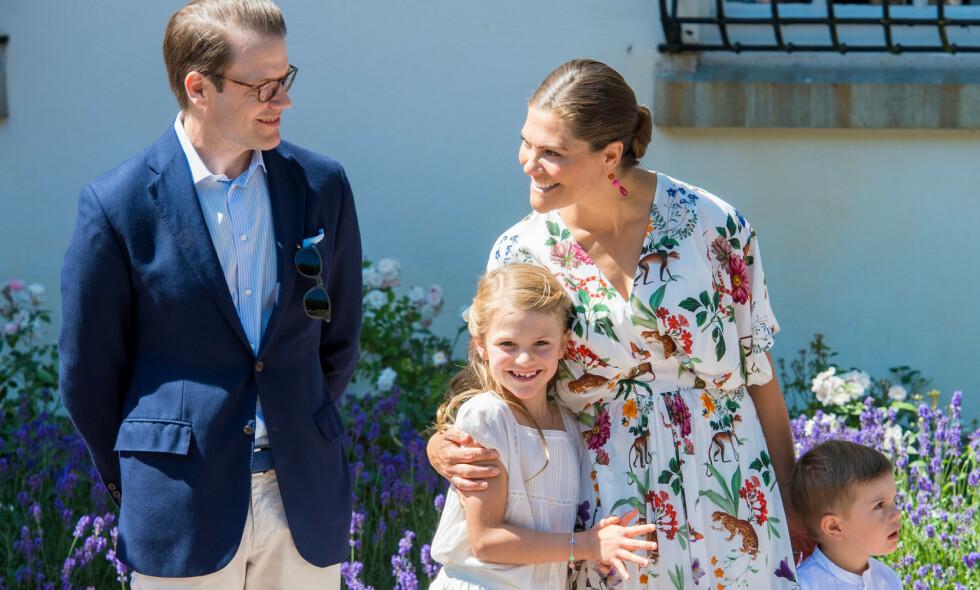 SJELDNE BILDER: I helgen delte det svenske kongehuset flere feriebilder på sin Instagram-konto, og det er tydelig at den rojale fansen satte stor pris på det private innblikket i sommerferien til kronprinsesse Victoria, prins Daniel og barna prinsesse Estelle og prins Oscar. Her er de avbildet under Victorias 42-årsdag tidligere i sommer. Foto: NTB Scanpix