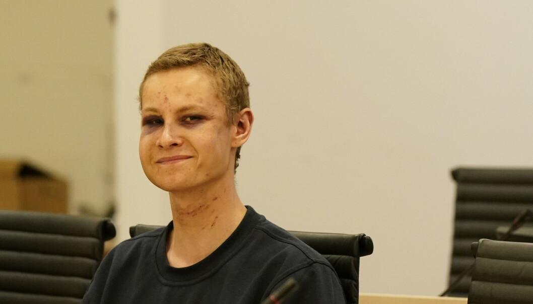 Terrorsiktede smilte flere ganger i retten