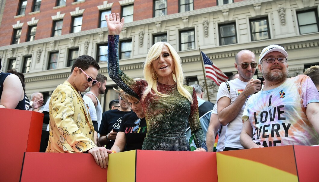 PRIDE: Donatella Versace i New York under Pride-paraden i sommer. Hun har unnskyldt seg til Kina etter t-skjorteblemma. Foto: NTB Scanpix
