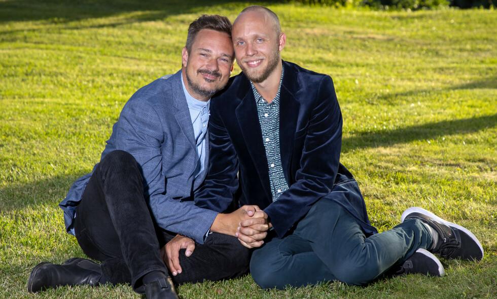 FORELSKET: Tore Petterson har funnet lykken med den 13 år yngre Stavanger-gutten Joakim Tjøstheim. Foto: Tore Skaar/ Se og Hør