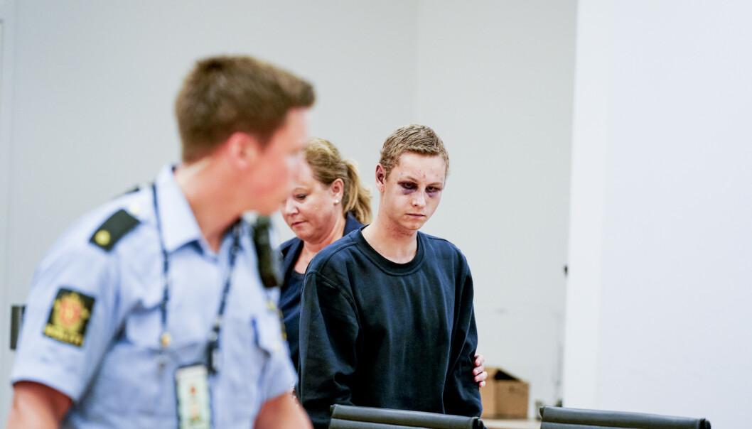 FORSLÅTT: Draps- og terrorsiktede Philip Manshaus var tydelig forslått da han møtte i fengslingsmøtet i Oslo tingrett mandag. Her med forsvarer Unni Fries i bakgrunnen. Foto: John Terje Pedersen / Dagbladet