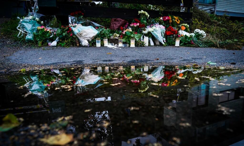 BLOMSTER: Nærmiljøet har lagt ned blomster utenfor huset der Johanne Zhangjia Ihle-Hansen (17) ble drept i Bærum på lørdag. Hennes stebror, Philip Manshaus, er siktet for drapet. Foto: John T. Pedersen