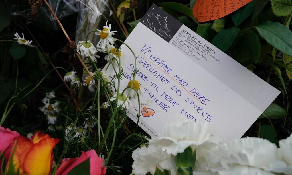 BLOMSTER: Det er lagt ned blomster og tent lys utenfor huset der den unge kvinnen ble drept i Bærum. Den 21-år gamle terrorsiktede ble senere pågrepet etter moskéskytingen ved Al-Noor Islamic Centre. Foto: John T. Pedersen