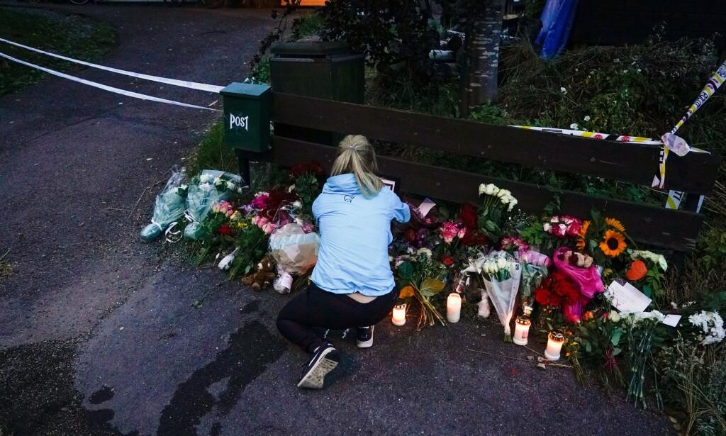 BLOMSTERHAV: Nærmiljøet er rystet etter hendelsen, og flere av offerets klassekamerater har vært innom for å legge igjen en hilsen til familien. Foto: John T. Pedersen