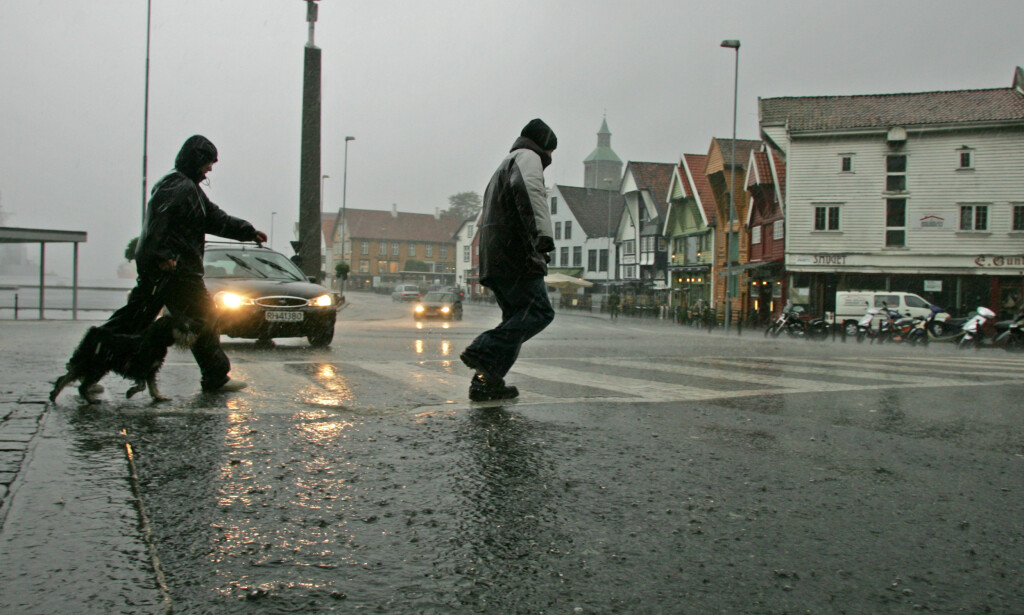 KLASSIKER: Det er ikke uvanlig med regnvær i Stavanger. BIldet viser en klassisk høststorm i oljebyen. Foto: Alf Ove Hansen/NTB Scanpix.