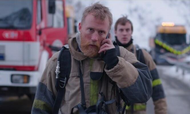 TRÅR TIL: Thorbjørn Harr i karakter som Stein, som trår til i redningsarbeidet når en tankbil begynner å brenne. Foto: Nordisk Film Production
