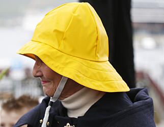 GJØR SOM DRONNINGA: Sydvesten er oppkalt etter sydvest-vinden som er kjent for å bringe med seg dårlig vær. I Stavanger ble det etablert en sydvest-fabrikk allerede i 1801. Foto: Lise Åserud/NTB Scanpix.