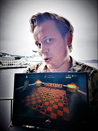 Kenneth Engelsen lager Viking Chess - Hnefatafl. 📸: Privat