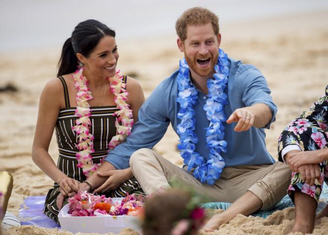 <strong>FORELSKET:</strong> Hertuginne Meghan og prins Harry blir ofte observert mens de holder hender. Her er de avbildet sammen på Bondi Beach i Sydney, Australia i fjor. Foto: NTB Scanpix